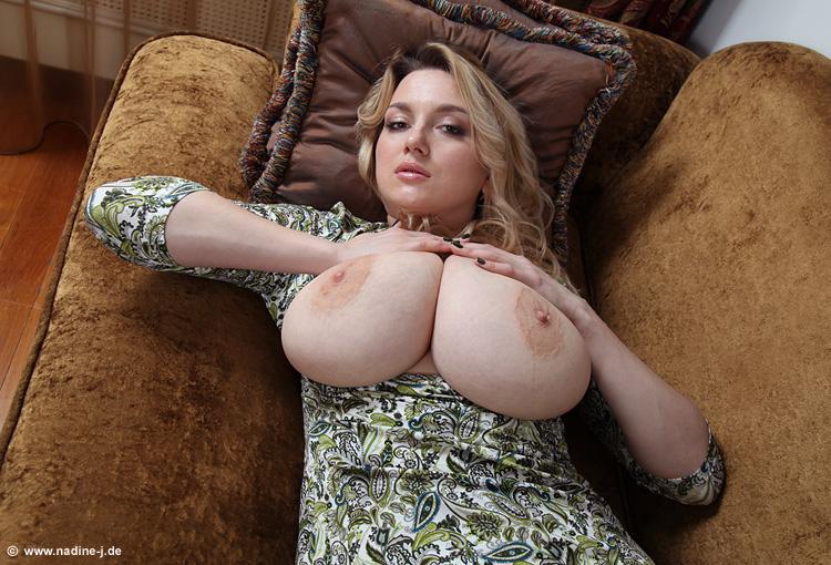 Огромные дойки зрелой дамочки в хорошем качестве